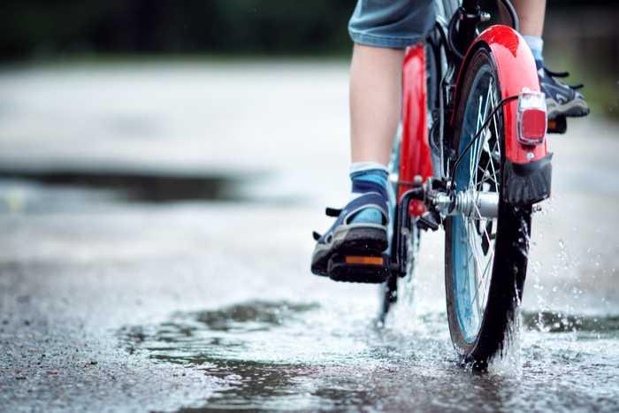 evita los charcos cuando vas en bici